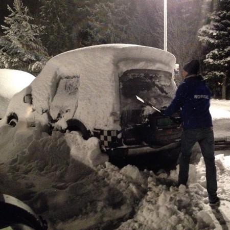 Digg å finne igjen bilen på Gardermoen ❄️ SnowShow BackToNorway MættSnø GardermoenLufthavn SullandGruppen Mitsubishi Pajero ⛄️